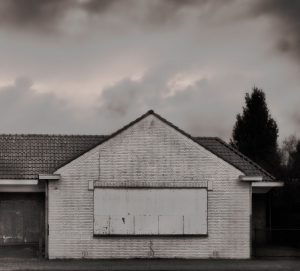 Vervallen huis witte voorgevel